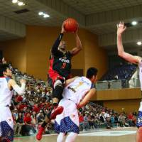 Over the top: Osaka's Kenny Satterfield goes to the basket during the Evessa's 85-74 win over the Rizing in the bj-league Western Conference semifinals on Sunday. | OSAKA EVESSA/BJ-LEAGUE