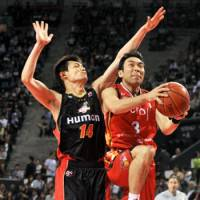 Strong move: Hamamatsu Higashimikawa Phoenix guard Masahiro Oguchi (right) is an instrumental part of his team's success since it joined the bj-league in 2008. | YOSHIAKI MIURA PHOTO