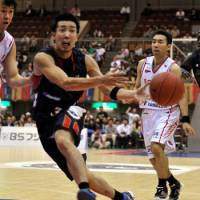 Early impact: Yokohama B-Corsairs guard Masayuki Kabaya has helped the expansion team win two of its first four games in its inaugural season. | YOSHIAKI MIURA PHOTO