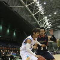 Steady play: Shiga Lakestars guard Yu Okada (left), seen driving on Yokohama B-Corsairs guard Masayuki Kabaya on Dec. 16, has helped his club win six of its 10 road games. | KAZ NAGATSUKA PHOTO