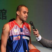 Point producer: Shimane's All-Star forward Michael Parker, seen here when he played for Fukuoka, leads the bj-league in scoring this season with an average of 23.5 points per game. | KAZ NAGATSUKA