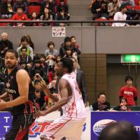 Key player: Osaka Evessa center Wayne Marshall (left) is a solid scorer, rebounder and shot blocker for the playoff-bound squad. Due to a hand injury, he'll miss the next four weeks. | HIROKO IWASA