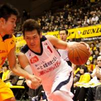 Drive time: Big Bulls guard Makoto Sawaguchi (1) attempts to get past 89ers forward Takuya Komoda in Saturday's bj-league game in Sendai. Iwate defeated Sendai 80-72. | DOMINIKA FITZGERALD