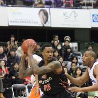 Pivotal: Mike Bell is the Osaka Evessa's leading scorer this season and will be counted on to step up against Kyoto in this weekend's playoff series in the absence of Lynn Washington. | HIROKO IWASA