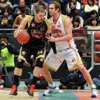Tight defense: Kyoto Hannaryz center Lance Allred (41), a former NBA center, has held his own against top competition, including Niigata Albirex BB pivotman Chris Holm in his first season in the bj-league. | YOSHIAKI MIURA