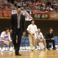 Pass it on: Mitsubishi Diamond Dolphins head coach Antonio Lang draws on what he learned as a player under Mike Krzyzewski at Duke University. | KAZ NAGATSUKA