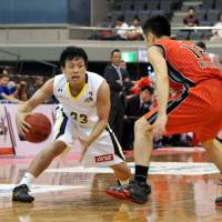 Solid effort: Tokyo Cinq Reves guard Hirohisa Takada (left), seen facing the Chiba Jets on Oct. 14, scored 18 points in Friday night's bj-league game in Chuo Ward, Tokyo, against the Toyama Grouses. Toyama beat Tokyo 86-81. | YOSHIAKI MIURA