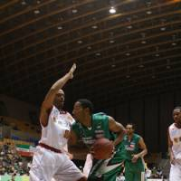 Vocal leader: Power forward Reggie Warren, seen here playing for the Saitama Broncos during the 2008-09 season, is one of the top newcomers for the Rizing Fukuoka. | KAZ NAGATSUKA