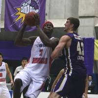 Key performer: Iwate forward Reggie Okosa (7), seen in action in the series opener against host Tokyo on Saturday, scored a team-high 24 points on Sunday. The Big Bulls defeated the Cinq Reves 78-69. | KAZ NAGATSUKA