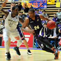 Big performance: Tokyo's Ricky Woods, guarded by Chiba's D'Andre Bell, finishes the game with 19 points, 12 rebounds, eight assists and two steals. | YOSHIAKI MIURA