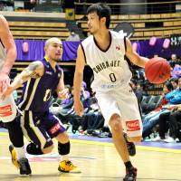Jet power: Chiba guard Hiroki Sato, seen in action earlier this month against Cohey Aoki and the Tokyo Cinq Reves, lost to the Ryukyu Golden Kings 84-82 on Saturday in their bj-league series opener. | YOSHIAKI MIURA