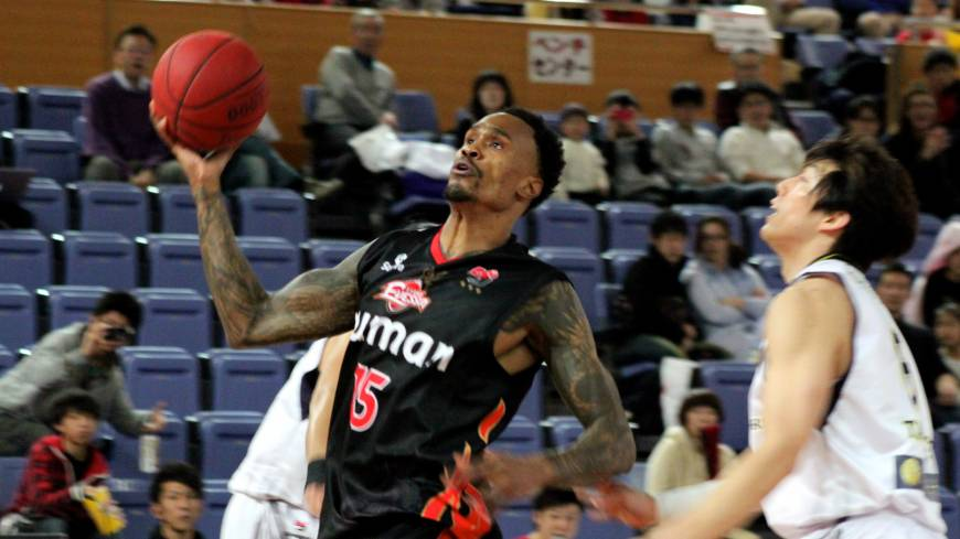 Scoring is the focus: Osaka forward Mike Bell, going up for a dunk on Saturday, had 23- and 19-point performances in a pair of weekend home wins over Shinshu.