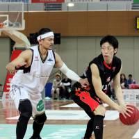 Staying aggressive: Shinshu's Takanori Goya (left), seen guarding Osaka's Yoshihiro Tachibana in the series opener on Saturday, and his teammates lost a pair of games to the red-hot Evessa over the weekend.   HIROAKI HAYASHI