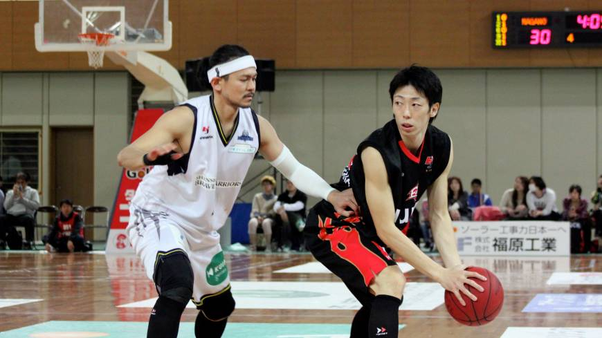 Staying aggressive: Shinshu's Takanori Goya (left), seen guarding Osaka's Yoshihiro Tachibana in the series opener on Saturday, and his teammates lost a pair of games to the red-hot Evessa over the weekend.