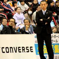 Chasing a title: Second-year coach Honoo Hamaguchi, who has been a bench boss in the bj-league since 2005, is trying to lead the Kyoto Hannaryz to the franchise's first championship this season. | HIROAKI HAYASHI