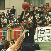 Big-time performer: Yokohama's Thomas Kennedy, seen in action earlier this season against the Sendai 89ers, scored a game-high 22 points against the Hamamatsu Higashimikawa Phoenix on Wednesday. | KAZ NAGATSUKA