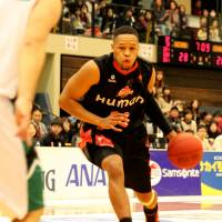 Floor leader: Guard Dwayne Lathan, seen in this file photo, runs the offense for the Osaka Evessa in a 79-66 win against the Sendai 89ers on Sunday in Minamisanriku, Miyagi Prefecture. | HIROAKI HAYASHI