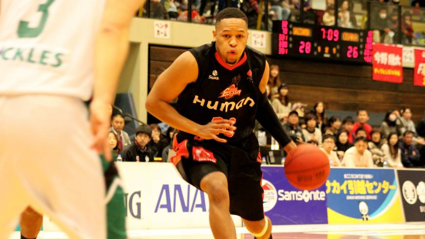 Floor leader: Guard Dwayne Lathan, seen in this file photo, runs the offense for the Osaka Evessa in a 79-66 win against the Sendai 89ers on Sunday in Minamisanriku, Miyagi Prefecture.