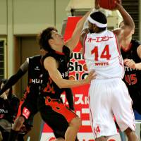Defense pays off: The Osaka Evessa, tightly guarding Hamamatsu Higashimikawa Phoenix star Wendell White earlier this season, have made big strides on defense since Bill Cartwright took over as coach in late Janary. The Evessa have gone 12-6 since that time. | HIROAKI HAYASHI