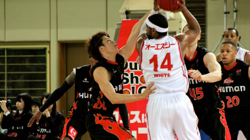 Defense pays off: The Osaka Evessa, tightly guarding Hamamatsu Higashimikawa Phoenix star Wendell White earlier this season, have made big strides on defense since Bill Cartwright took over as coach in late Janary. The Evessa have gone 12-6 since that time.