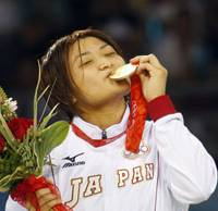 Oh, how sweet it is: Kaori Icho kisses her gold medal for the 63-kg division of women's freestyle wrestling at the Beijing Olympics on Sunday. | AP PHOTO