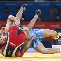 Solid gold: Tatsuhiro Yonemitsu competes with India's Sushil Kumar during the final of the men's 66-kg freestyle wrestling at the London Games on Sunday. | KYODO