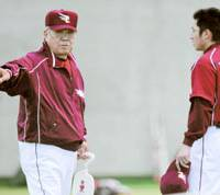 Kohei Hasebe (right), seen with Eagles manager Katsuya Nomura, was one of the most sought after players in the NPB Industrial/Collegiate draft. | KYODO PHOTO