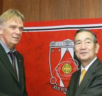 In the hot seat: New Urawa Reds manager Volker Finke (left) meets Saitama Mayor Soichi Aikawa on Tuesday, a day after the club began training for the 2009 season. | KYODO PHOTO