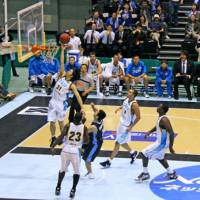 Aggressive player: Shiga's Masashi Joho (31), driving to the basket against the Kyoto Hannaryz on Oct. 3 in Kyoto, is one of the top Japanese scorers in the bj-league. | PHILBERT ONO PHOTO