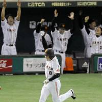 All for you: Yoshitomo Tani and the Yomiuri Giants paid tribute to former teammate Takuya Kimura on Saturday at Tokyo Dome. | KYODO PHOTO