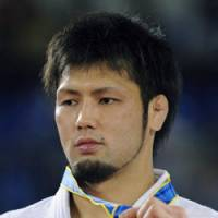 Takashi Ono dislays his gold medal awarded for his victory in the men's 90-kg final of the Asian Games. | KYODO PHOTO