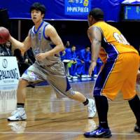 Exception to the rule: Shimane Susanoo Magic point guard Takumi Ishizaki (left) is the lone bj-league player on the Japan national team. The Fukui Prefecture native's fellow Japanese in the upstart league have never been offered a chance to try out for the national team. | YOSHIAKI MIURA PHOTO