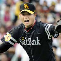 Tough to beat: Tadashi Settsu and the Fukuoka Softbank Hawks began the interleague with a 12-game unbeaten streak. | KYODO PHOTO