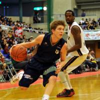Quick and agile: Shinshu Brave Warriors guard Derek Raivio has a well-rounded hoop acumen and an array of moves to lead the expansion team. | YOSHIAKI MIURA