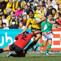 Out of my way: Suntory's Hirotoki Onozawa runs through the Sanyo defense on Sunday at Prince Chichibu Memorial Rugby Ground. Suntory won 37-20. | YUKA SHIGA