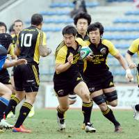 Attack mode: Suntory Sungoliath captain Juntaro Takemoto carries the ball through the Panasonic Wild Knights defense during the Top League playoff final on Sunday in Tokyo. Suntory defeated Panasonic 47-28. | YUKA SHIGA