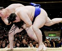 Yokozuna Hakuho throws down Goeido to improve to 5-0 on Thursday during the New Year Grand Sumo Tournament at Tokyo's Ryogoku Kokugikan. | KYODO PHOTO