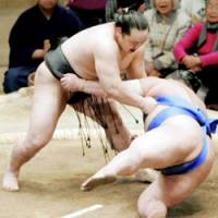 Yokozuna Asashoryu unleashed an upper-hand throw to No. 3 maegashira Tochinonada to improve to 7-1 on Sunday in the New Year Grand Sumo Tournament at Ryogoku Kokugikan in Tokyo. | KYODO PHOTO