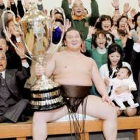 Yokozuna Hakuho holds the Emperor's Cup after winning the New Year Grand Sumo Tournament by defeating Asahoryu on Sunday at Ryogoku Kokugikan in Tokyo. | KYODO PHOTO