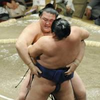 Titanic collision: Kisenosato (rear) drives ozek Kotomitsuki down on the fifth day of the Summer Grand Sumo Tournament at Tokyo's Ryogoku Kokugikan on Thursday. | KYODO PHOTO