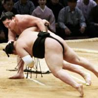 In control: Yokozuna Hakuho takes down komusubi Goeido at the Kyushu Grand Sumo Tournament on Saturday. | KYODO PHOTO