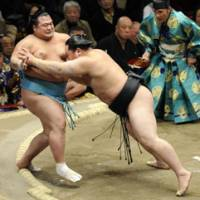 Like a bull: Yokozuna Asashoryu (right) extends his winning streak to six in the New Year Grand Sumo Tournament. | KYODO PHOTO
