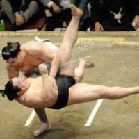 Powerful throw: Ozeki Harumafuji (above) slams yokozuna Asashoryu to the ground on Saturday. | KYODO PHOTO