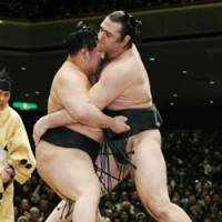 Maegashira  Goeido defeats Bulgarian ozeki Kotooshu to win a one-day tournamnent Sunday at Ryogoku Kokugikan in Tokyo. | KYODO PHOTO