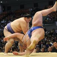 Kaio slaps down Kotoshogiku on Friday, the sixth day of the Spring Grand Sumo Tournament at Osaka Prefectural Gymnasium. | KYODO PHOTO