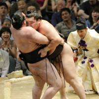 Overpowered: Yokozuna Hakuho forces out Aran at Aichi Prefectural Gymnasium. | KYODO PHOTO