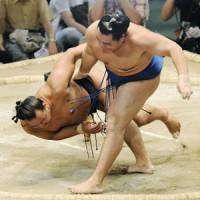 Kakuryu throws down Mokonami on Friday, the sixth day of the Nagoya Grand Sumo Tournament. | KYODO PHOTO