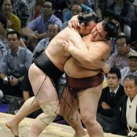Kakuryu, Homasho stay in hunt for title