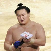 Hakuho's streak at 44 and counting