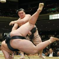 Hakuho breaks free for sole lead